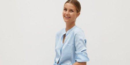 Το γαλάζιο πουκάμισο που φορούν όλα τα It girls είναι Mango