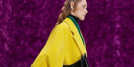 Η νέα συλλογή του οίκου Prada μετατρέπει το περίτεχνο σε λειτουργικό και μας συστήνει μια μετα-πανδημική προσέγγιση ντυσίματος